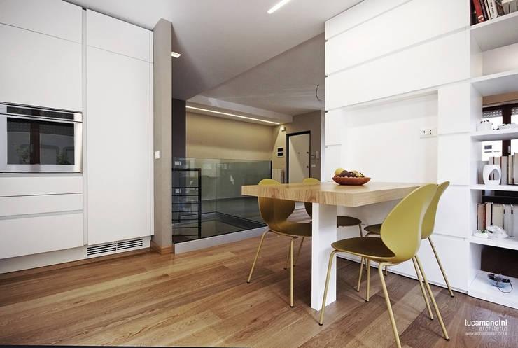 Casa in bifamiliare: Cucina in stile  di Luca Mancini | Architetto