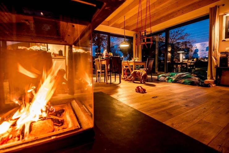 Moderner Landhausstil - Räume mit sichtbarer Holzdecke, große Fensterfronten, dreiseitig verglaster Kamin:  Terrasse von architektur. malsch - Planungsbüro für Neubau, Sanierung und Energieberatung