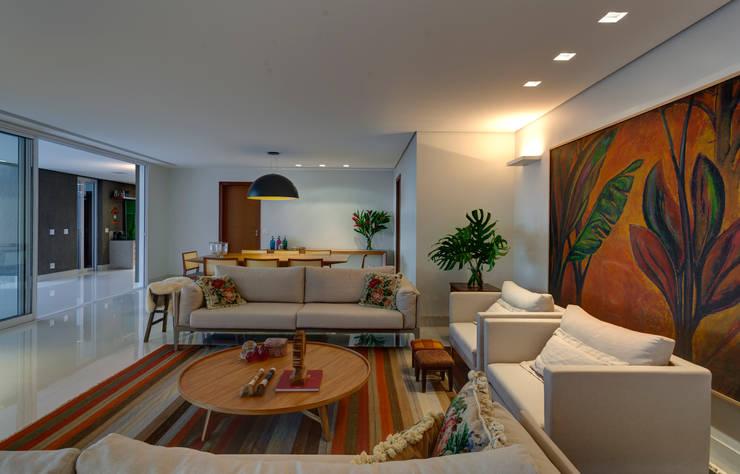 Living room تنفيذ Lage Caporali Arquitetas Associadas