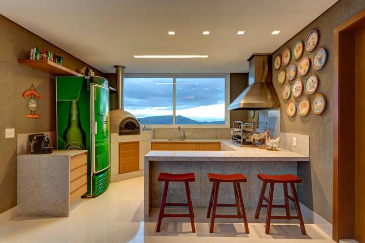 Cozinha Gourmet: Cozinha  por Lage Caporali Arquitetas Associadas