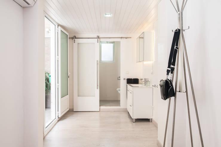 Baño ensuite: Baños de estilo minimalista de Markham Stagers