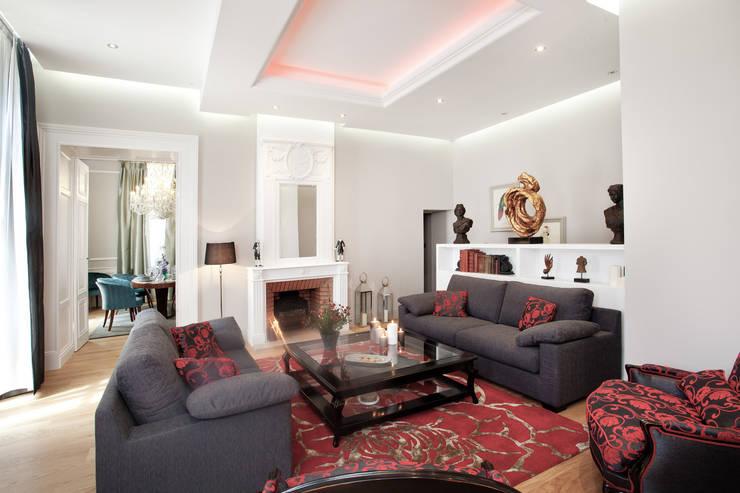 Le salon cosy: Salon de style de style Classique par AU FIL DES ESPACES