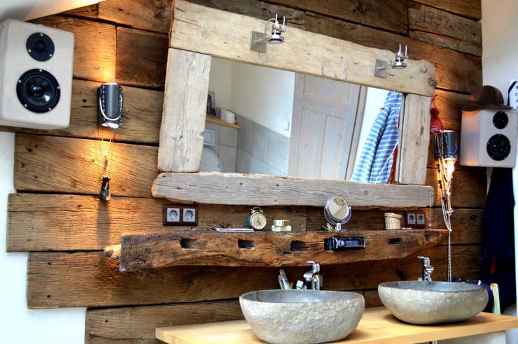 Waschbecken aus Stein, ausgefallene Wandverkleidung aus alten Eichenholzbrettern:  Badezimmer von architektur. malsch - Planungsbüro für Neubau, Sanierung und Energieberatung