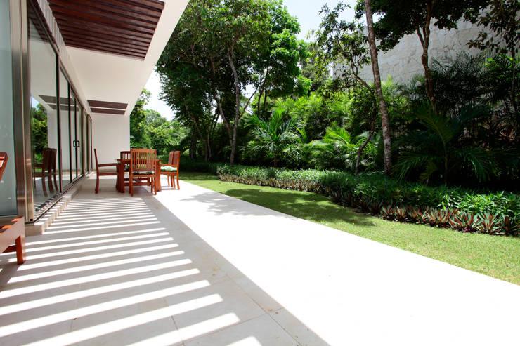 Casa T: Jardines de estilo  por Enrique Cabrera Arquitecto