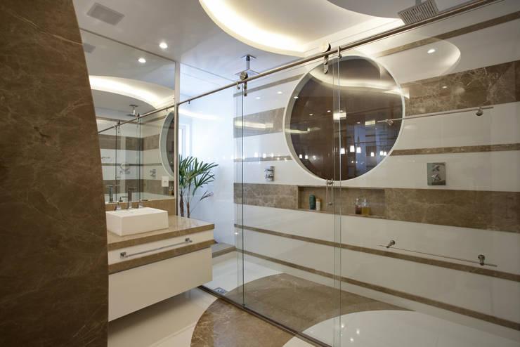 Casa Curvas no Neoclássico: Banheiros  por Arquiteto Aquiles Nícolas Kílaris
