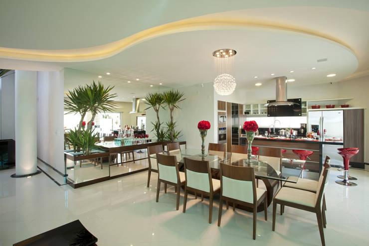 Casa Curvas no Neoclássico: Salas de jantar modernas por Arquiteto Aquiles Nícolas Kílaris