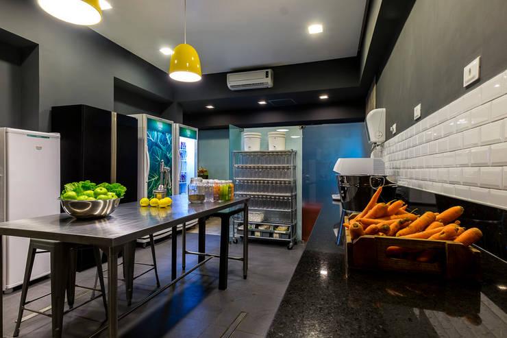 Cozinha Fria - fábrica de sucos detox: Lojas e imóveis comerciais  por Tony Jordão arquitetura e interiores,Industrial