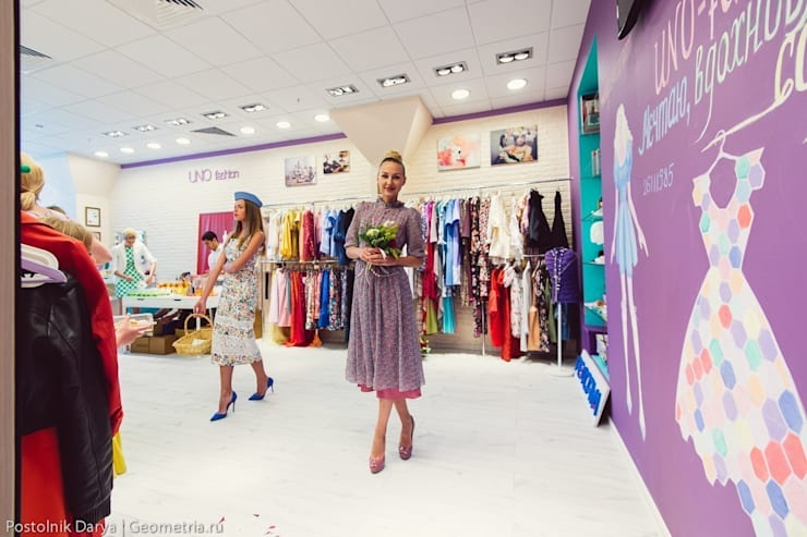 Цветная грифельная стена в шоу-руме UNO-fashion: Торговые центры в . Автор – IdeasMarket