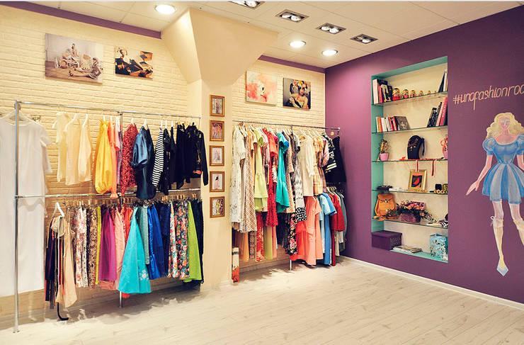 Цветная грифельная стена в шоу-руме UNO-fashion: Офисы и магазины в . Автор – IdeasMarket