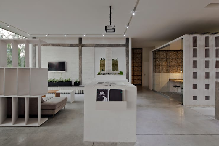 Salas multimedias de estilo  por Taller David Dana, Moderno