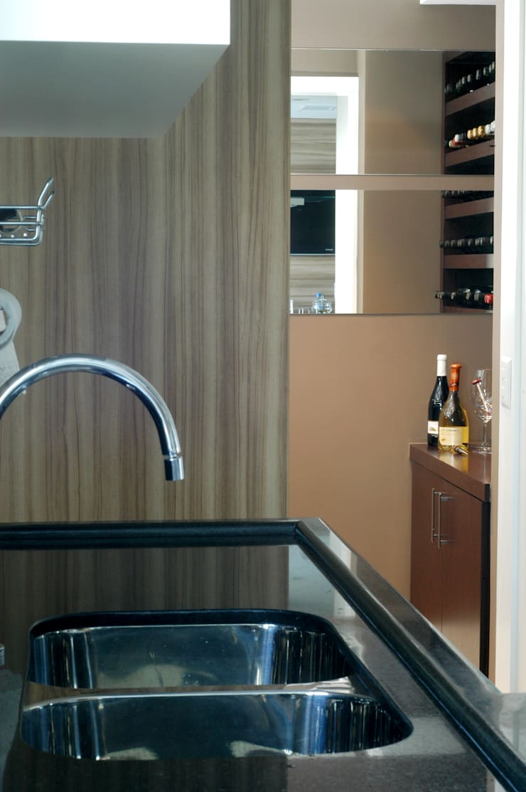 Adega integrada a cozinha/espaço gourmet: Cozinhas modernas por Flavia Caldeira Bruno Arquitetura e Interiores