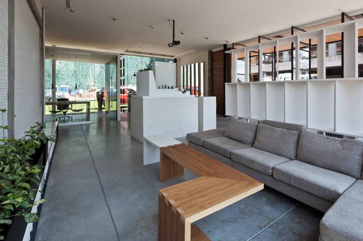 Blum showroom: Salas de estilo  por Taller David Dana