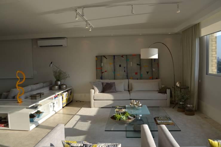 Apartamento para um jovem casal em tons de cinza: Salas de estar  por Helô Marques Associados
