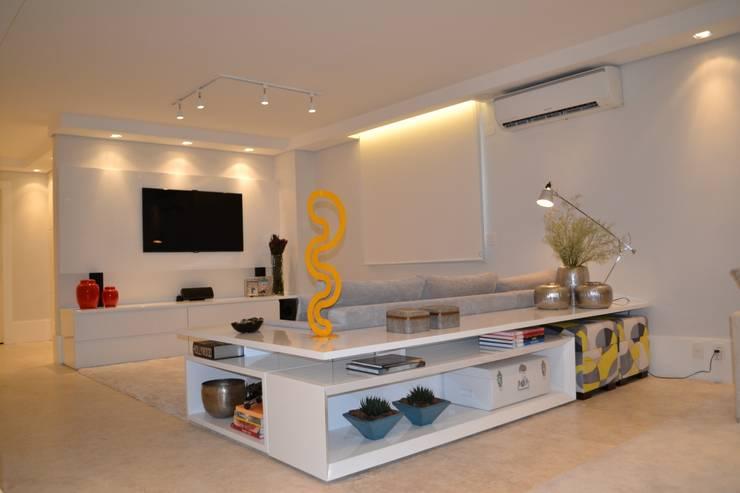Salas de entretenimiento de estilo  por Helô Marques Associados