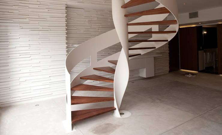Escalera: Pasillos y recibidores de estilo  por mob