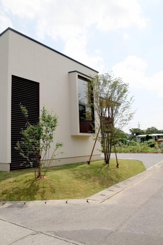 小屋名の家: LIVING DESIGNが手掛けた庭です。