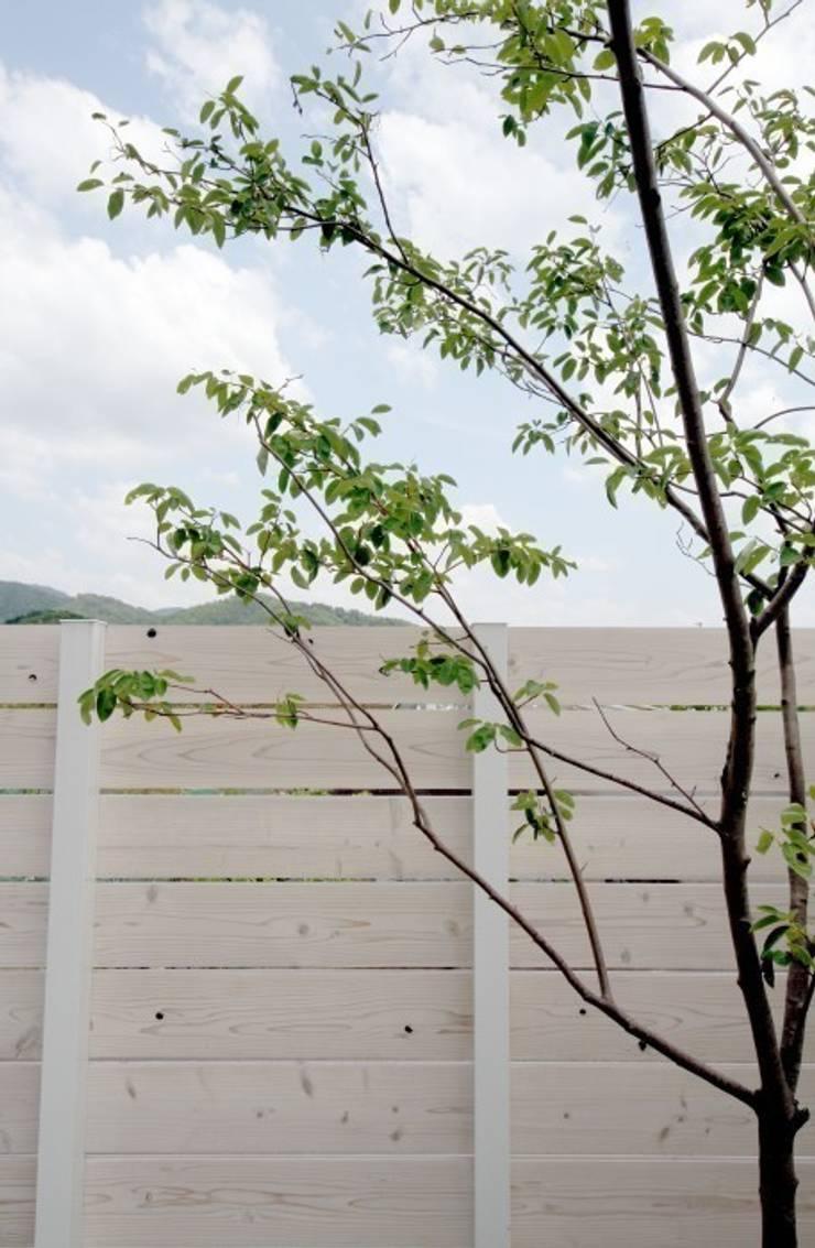 武芸川町の庭: LIVING DESIGNが手掛けた庭です。