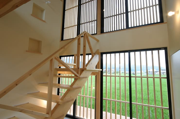 Pasillos y vestíbulos de estilo  por 上野貴建築研究所, Ecléctico