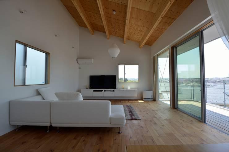Sunset House: 富田健太郎建築設計事務所が手掛けたリビングです。,