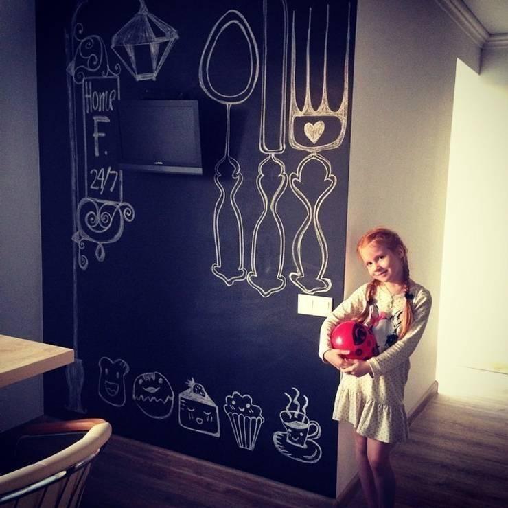 Грифельная стена в гостинной зоне: Гостиная в . Автор – IdeasMarket