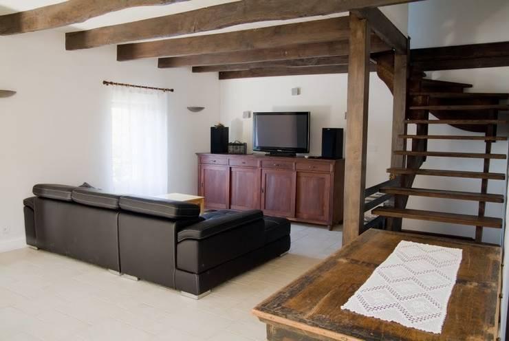 Dom na południu Francji: styl , w kategorii Salon zaprojektowany przez ZIZI STUDIO Magdalena Latos