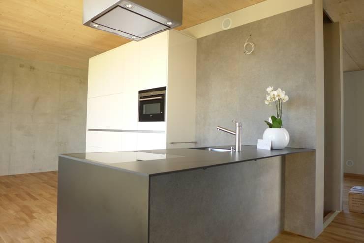 pasifa häuser güttingen schweiz:  Küche von airarchitekten ag