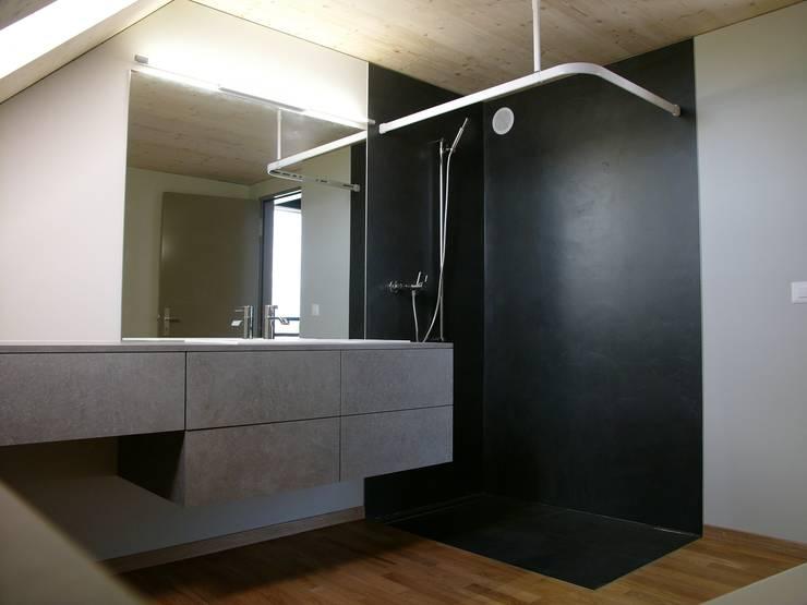 pasifa häuser güttingen schweiz:  Badezimmer von airarchitekten ag