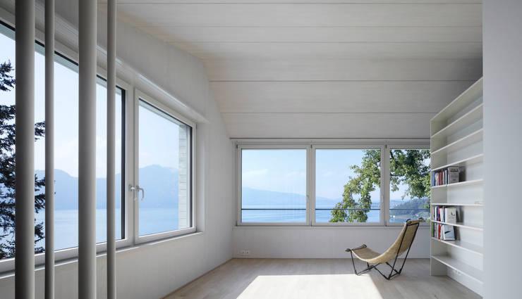 Um- und Ausbau Einfamilienhaus in Vitznau, Luzern: skandinavische Wohnzimmer von Forsberg Architekten AG