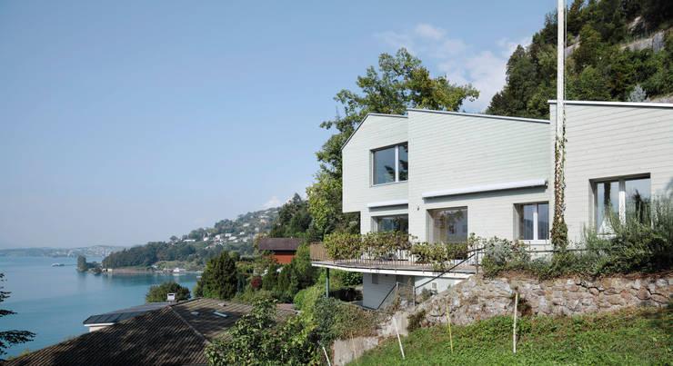 Um- und Ausbau Einfamilienhaus in Vitznau, Luzern: skandinavische Häuser von Forsberg Architekten AG