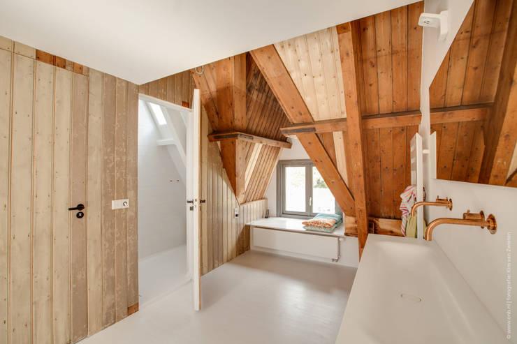 Corredores e halls de entrada  por op ten noort blijdenstein architecten