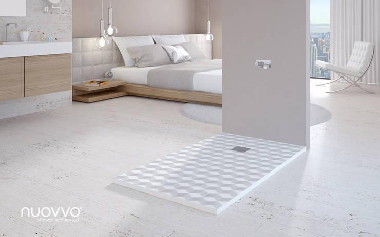 Ambiente con plato de ducha CREATIVESKIN: Baños de estilo minimalista de NUOVVO