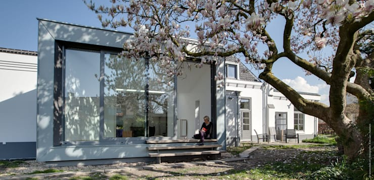 Aan de zuidzijde bevindt zich nu een grote serre:  Serre door op ten noort blijdenstein architecten