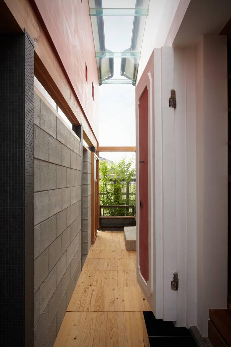 ホリナンの家: 平野建築設計室が手掛けた廊下 & 玄関です。