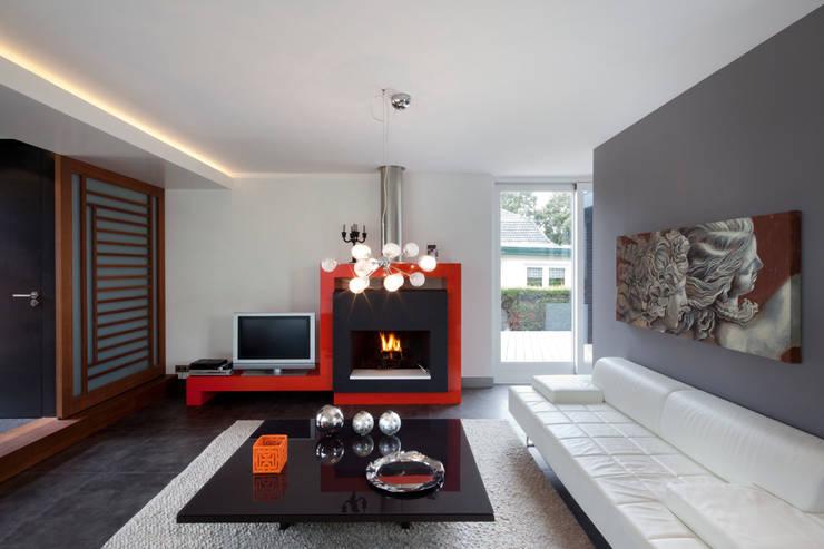 Modern binnen traditionele grenzen: moderne Woonkamer door MEF Architect