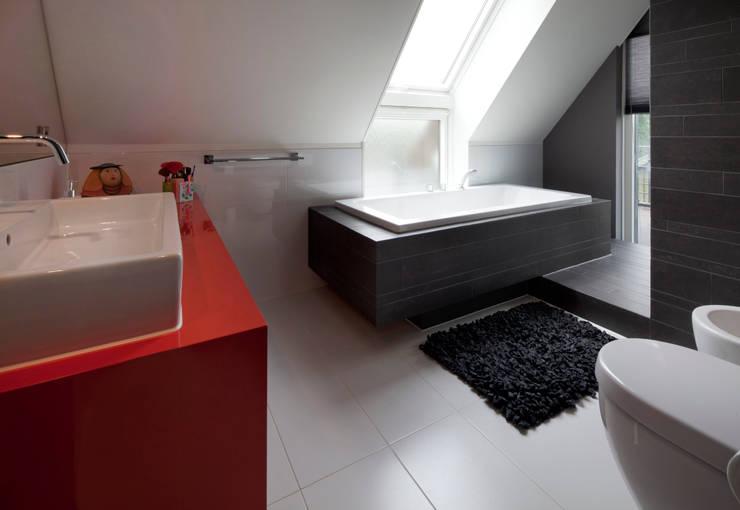 Modern binnen traditionele grenzen: moderne Badkamer door MEF Architect