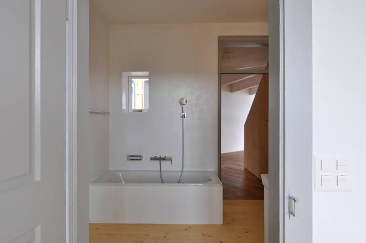 Bad in alter Küche:  Badezimmer von Mader Marti Architektur ETH SIA