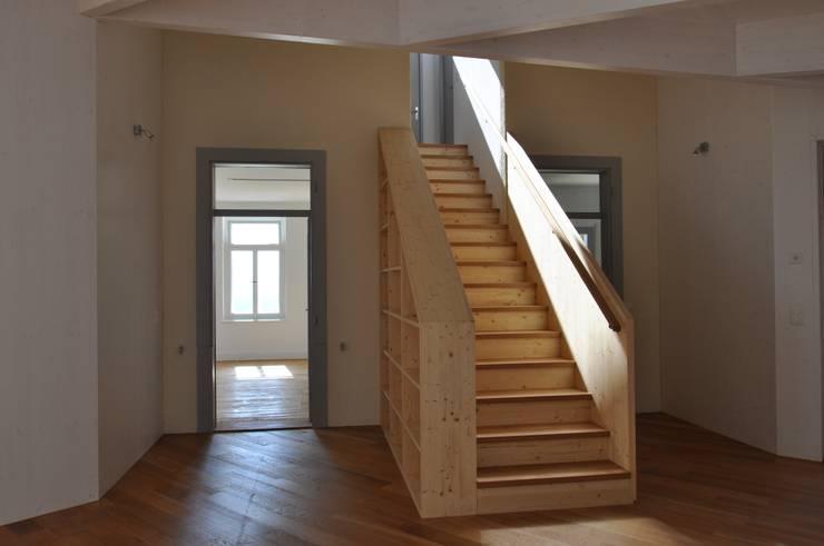 Treppe als verbindendes Herzstück:  Flur & Diele von Mader Marti Architektur ETH SIA