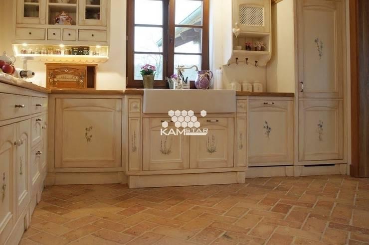 Piękna kuchnia - meble ręcznie malowane oraz płytka Lubelska.: styl , w kategorii Kuchnia zaprojektowany przez Kamstar Krzysztof Fertała