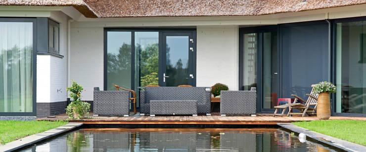 Rietgedekte villa te Borne:  Huizen door Building Design Architectuur, Modern