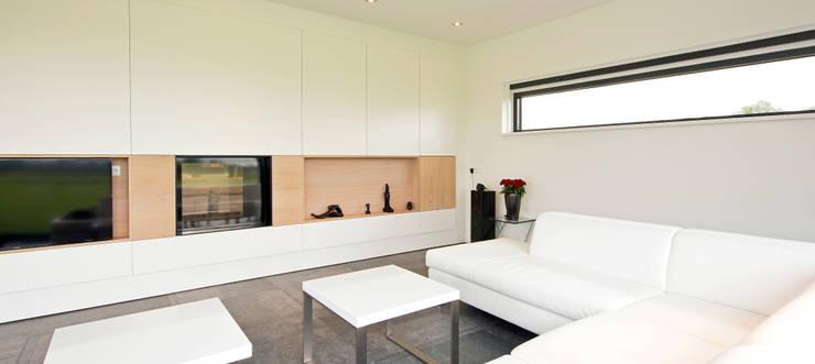 Woongedeelte:  Woonkamer door Building Design Architectuur, Modern