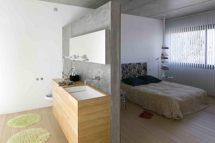 Baño suite: Dormitorios de estilo industrial de Estudi.Alfred Garcia Gotós