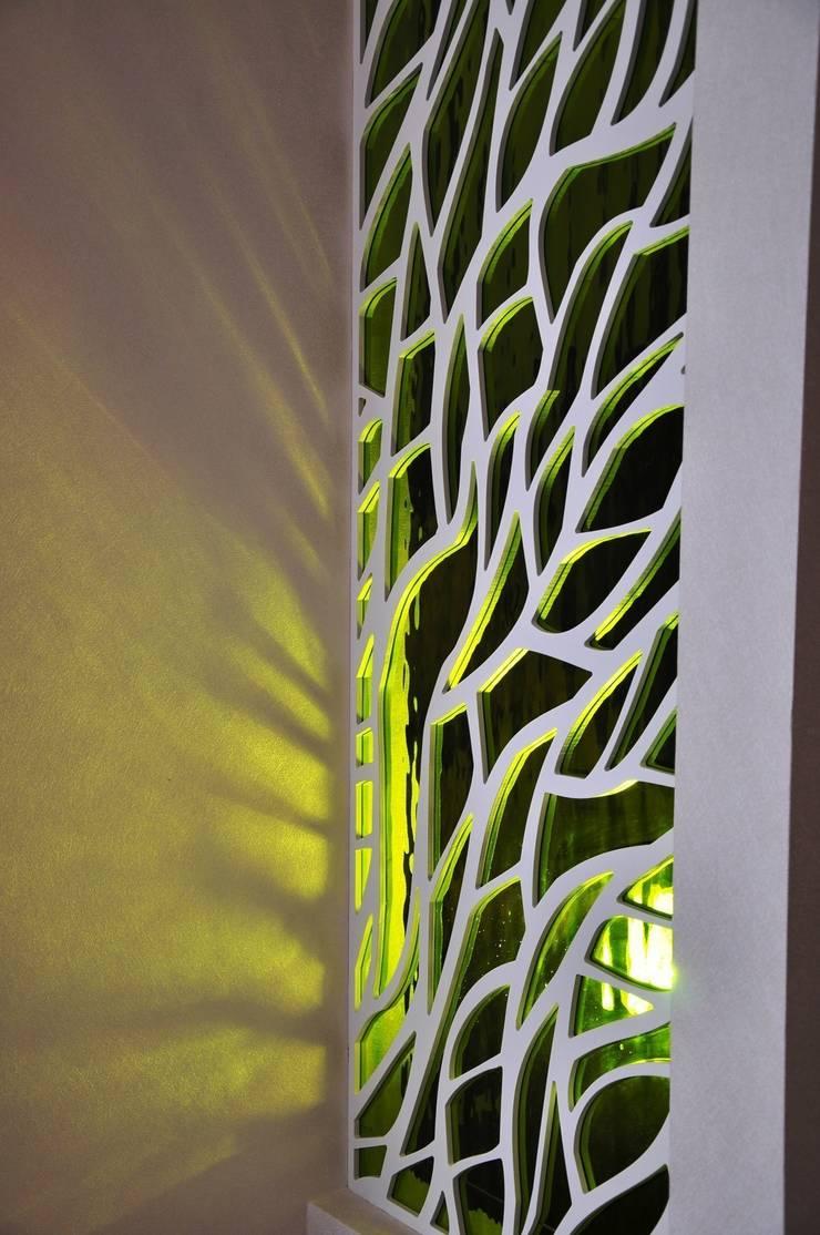 Ажурные перегородки с виражным стеклом: Гостиная в . Автор – ООО 'Декор-завод'