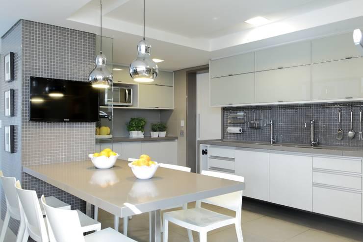 APARTAMENTO 300m2 – CASA FORTE- RECIFE-PE: Cozinhas  por ROMERO DUARTE & ARQUITETOS