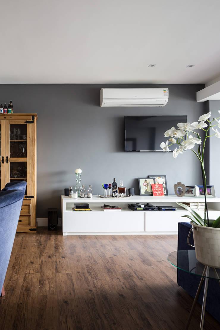 Sala de estar: Salas de estar  por Juliana Damasio Arquitetura
