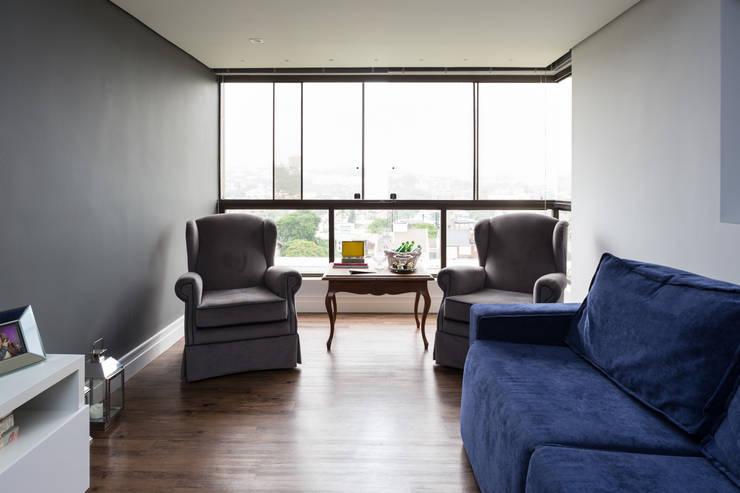 Sala de estar: Salas de estar clássicas por Juliana Damasio Arquitetura