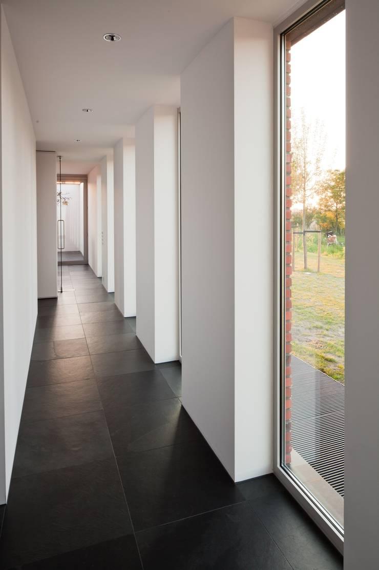 Woonhuis Uitgeest:  Gang en hal door Jan de Wit architect, Modern