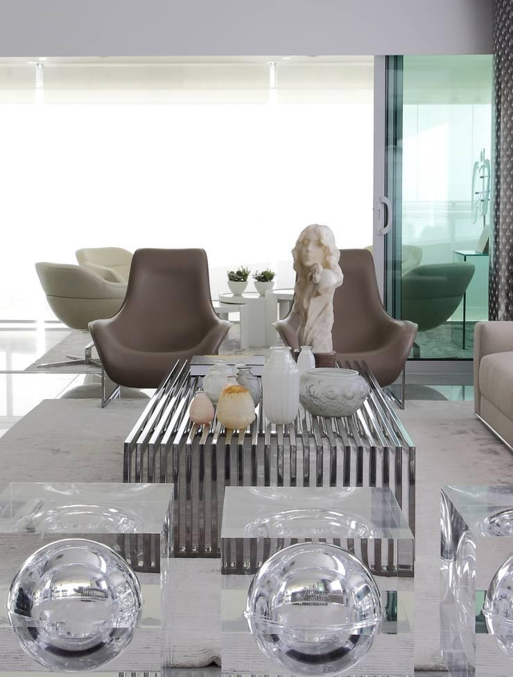 Detalhe sala estar : Salas de estar  por ROMERO DUARTE & ARQUITETOS