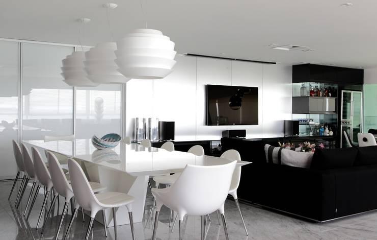 APARTAMENTO 400m2 – AV BOA VIAGEM – RECIFE/PE: Salas de jantar  por ROMERO DUARTE & ARQUITETOS