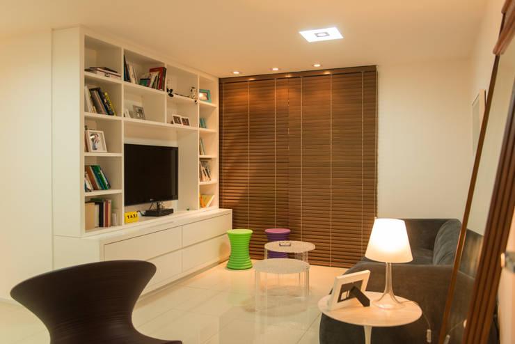 Apartamento Neutro: Salas de estar minimalistas por Lina Eleutério Arquitetura