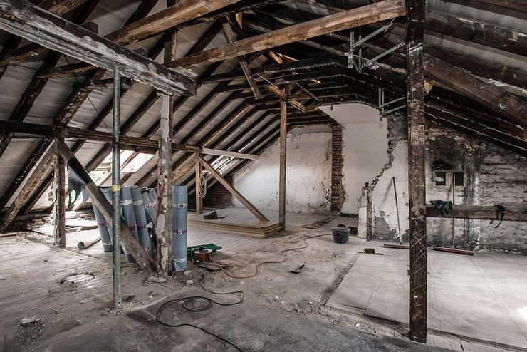 Sanierung Mehrfamilienhaus Düsseldorf/Derendorf: rustikale Häuser von Maria Stahl Architekten